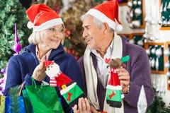 Achats de couples pour des décorations de Noël dans le magasin Photographie stock