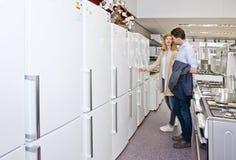 Achats de couples pour un nouveau réfrigérateur Images stock