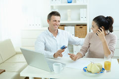 Achats de couples sur l'Internet Images stock
