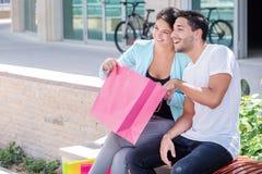 Achats de famille Couples se reposant sur un banc Images stock