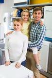 Achats de famille dans le ménage Photographie stock libre de droits