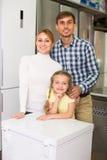 Achats de famille dans le magasin Images stock