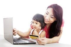 Achats de famille en ligne Images libres de droits