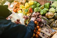Achats de femme au marché végétal le bio Je frais organique frais Photos stock