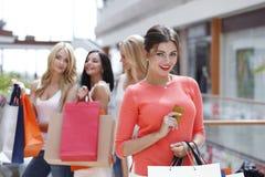 Achats de femme avec la carte de crédit Photographie stock libre de droits