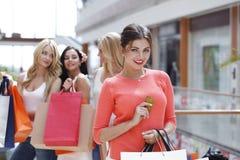 Achats de femme avec la carte de crédit Image libre de droits