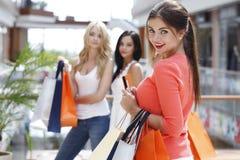 Achats de femme avec la carte de crédit Photos stock