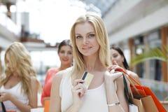 Achats de femme avec la carte de crédit Photo libre de droits