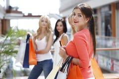 Achats de femme avec la carte de crédit Images stock