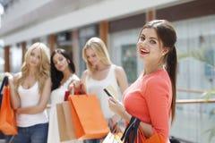 Achats de femme avec la carte de crédit Photos libres de droits