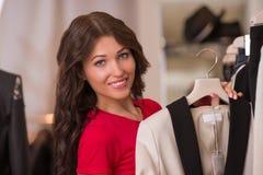 Achats de femme choisissant des robes photo stock