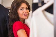 Achats de femme dans un magasin de vêtements image libre de droits