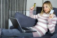 Achats de femme en ligne Image libre de droits
