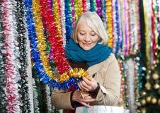 Achats de femme pour des tresses au magasin de Noël Image libre de droits
