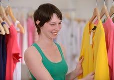 Achats de femme pour des vêtements Images stock