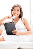 Achats de femme sur la tablette avec la carte de crédit image stock