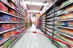 Achats de jeune femme dans le supermarché photos stock