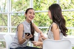 Achats de jeune femme et paiement avec la carte de crédit et le téléphone portable dans des achats en ligne Image stock