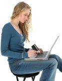 Achats de l'adolescence en ligne photo stock