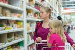 Achats de mère et de descendant dans le supermarché image libre de droits