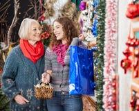 Achats de mère et de fille dans le magasin de Noël Photos stock