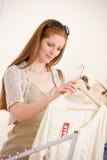 Achats de mode - la jeune femme choisissent des vêtements de vente photo libre de droits