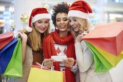 Achats de Noël avec des amis Photographie stock