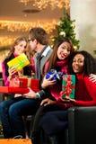 Achats de Noël d'amis avec des présents dans le mail Photographie stock