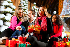 Achats de Noël d'amis avec des présents dans le mail Images stock