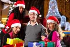 Achats de Noël d'amis avec des présents dans le mail Photographie stock libre de droits