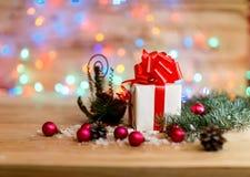 Achats de Noël et décorations de Noël sur le backgrou de fête Image stock