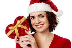 Achats de Noël, femme avec le cadeau. Photographie stock libre de droits
