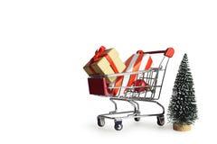 Achats de Noël, idée pour votre conception Cadeaux de Noël dans le caddie images libres de droits
