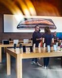 Achats de personnes à l'intérieur d'Apple Store pendant l'iPhone Xs Max Xr s photographie stock