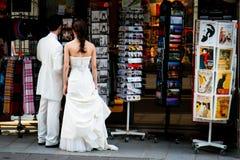 Achats de souvenir après Wedding à Paris Images stock