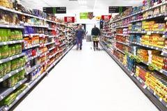 Achats de supermarché images stock