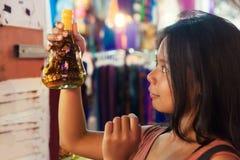 Achats de touristes de jeune belle femme sur le marché de nuit de la ville Siem Reap, Cambodge Image stock