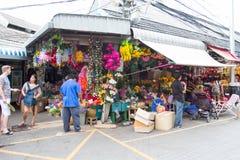 Achats de touristes sur le marché de week-end de Chatuchak Photographie stock