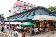 Achats de touristes sur le marché de week-end de Chatuchak Photos stock