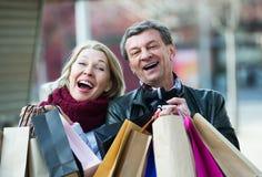 Achats de transport de couples pluss âgé dans la ville Photographie stock libre de droits