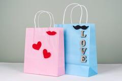 Achats de vacances, cadeaux Paniers avec des lettres et des coeurs d'amour Images libres de droits