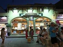 Achats de ville de Rhodes Old par nuit La Grèce Photographie stock libre de droits