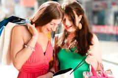 Achats du centre de femmes avec des sacs Photo libre de droits