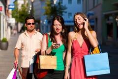 Achats du centre de femmes avec des sacs Photographie stock