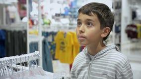 Achats du ` s d'enfants Magasin pour des enfants banque de vidéos