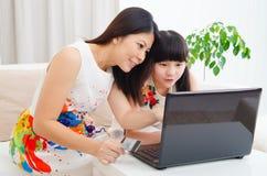 Achats en ligne avec par la carte de crédit Photos libres de droits