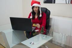 Achats en ligne de femme de Noël de Santa Photographie stock libre de droits