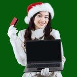 Achats en ligne de femme pour préparer Noël Photographie stock libre de droits
