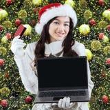 Achats en ligne de fille pour préparer Noël Photo stock