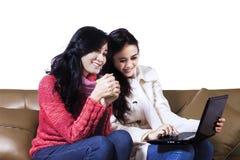 Achats en ligne de jeunes femmes Photographie stock libre de droits